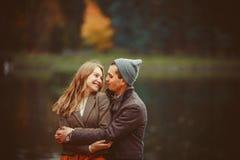 El hombre y la mujer que abrazan cerca del lago Fotos de archivo libres de regalías
