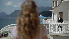 El hombre y la mujer que permanecen en diverso balcón y envía beso del aire metrajes