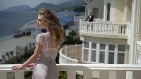 El hombre y la mujer que permanecen en diverso balcón y envía beso del aire almacen de metraje de vídeo