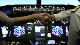 El hombre y la mujer sacuden las manos en la carlinga del avión de pasajeros metrajes