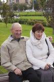 El hombre y la mujer se sientan Imagen de archivo libre de regalías
