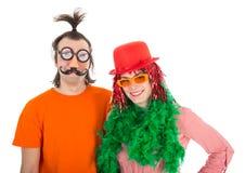 El hombre y la mujer se vistieron en trajes divertidos del carnaval foto de archivo libre de regalías
