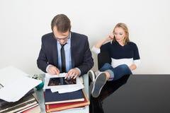 El hombre y la mujer son incompatibles Oficina de negocios Imágenes de archivo libres de regalías