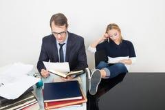 El hombre y la mujer son incompatibles Oficina de negocios Fotos de archivo