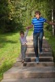 Padre e hijo en un salto Imágenes de archivo libres de regalías