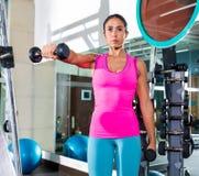 El hombro delantero de la pesa de gimnasia vuela vuela entrenamiento de la mujer Fotografía de archivo libre de regalías