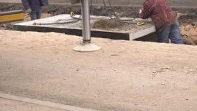 El hondero engancha los ganchos de la grúa a las secciones de la calefacción principal para instalar los nuevos tubos y para desm metrajes