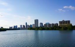 El horizonte de Austin Texas céntrico del paseo marítimo en señora Bird Lake fotos de archivo libres de regalías