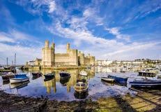 El horizonte de Caernafon en País de Gales durante marea baja - Reino Unido Fotos de archivo libres de regalías