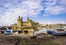 El horizonte de Caernafon en País de Gales durante marea baja - Reino Unido Foto de archivo libre de regalías