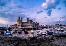 El horizonte de Caernafon en País de Gales durante marea baja - Reino Unido Imagen de archivo libre de regalías