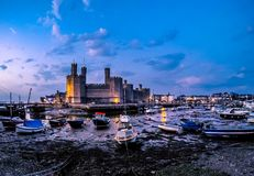 El horizonte de Caernafon en País de Gales durante marea baja - Reino Unido Fotografía de archivo libre de regalías