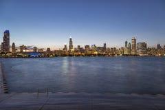El horizonte de Chicago en la noche imágenes de archivo libres de regalías