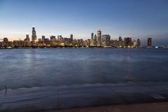 El horizonte de Chicago en la noche foto de archivo