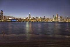 El horizonte de Chicago en la noche imagen de archivo libre de regalías