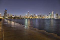 El horizonte de Chicago en la noche imagen de archivo