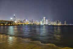 El horizonte de Chicago en la noche foto de archivo libre de regalías