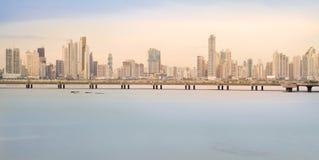 El horizonte de ciudad de Panamá se considera en la puesta del sol en Panamá, America Central Imagen de archivo
