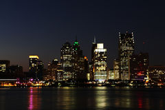 El horizonte de Detroit en la noche Imagenes de archivo