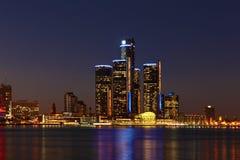El horizonte de Detroit en la noche Fotos de archivo libres de regalías