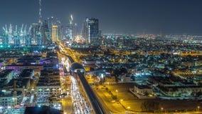 El horizonte de Dubai con el timelapse hermoso de la noche de las luces del centro de ciudad y del tr?fico por carretera de Sheik almacen de metraje de vídeo