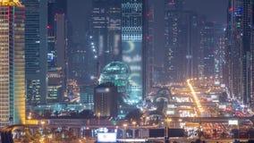 El horizonte de Dubai con el timelapse hermoso de la noche de las luces del centro de ciudad y del tr?fico por carretera de Sheik metrajes
