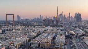El horizonte de Dubai despu?s de la puesta del sol con el timelapse hermoso de las luces del centro de ciudad y del tr?fico por c almacen de video