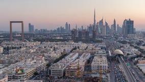 El horizonte de Dubai despu?s de la puesta del sol con el timelapse hermoso de las luces del centro de ciudad y del tr?fico por c almacen de metraje de vídeo