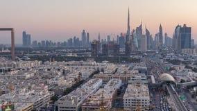 El horizonte de Dubai despu?s de la puesta del sol con el timelapse hermoso de las luces del centro de ciudad y del tr?fico por c metrajes