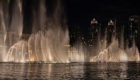 El horizonte de Dubai en la noche como tiro de la noche imágenes de archivo libres de regalías
