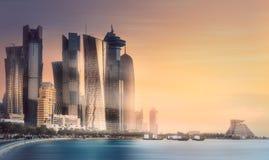 El horizonte de la bahía y de la ciudad del oeste de Doha, Qatar Imágenes de archivo libres de regalías