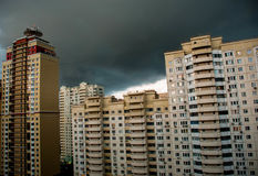 El horizonte de la ciudad antes de la tormenta Foto de archivo
