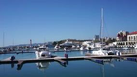El horizonte de la ciudad con el aparcamiento del puerto deportivo y del yate