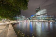 El horizonte de la ciudad de Brisbane se enciende a través del río en la noche de vagos del sur Foto de archivo libre de regalías