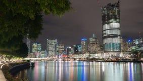 El horizonte de la ciudad de Brisbane se enciende a través del río en la noche de vagos del sur Imagen de archivo libre de regalías