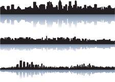 El horizonte de la ciudad refleja en el agua Imagen de archivo