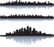 El horizonte de la ciudad refleja en el agua