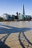 El horizonte de Londres con el casco y la torre tienden un puente sobre la sombra Foto de archivo