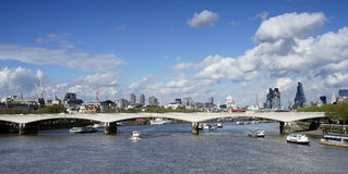 El horizonte de Londres, incluye el puente de Waterloo Foto de archivo