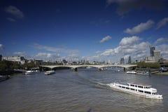 El horizonte de Londres, incluye el puente de Waterloo Foto de archivo libre de regalías