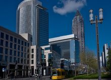 El horizonte de los edificios del negocio y el comercio justo se elevan en Francfort, Alemania Foto de archivo libre de regalías