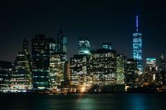 El horizonte de Manhattan en la noche, considerada de parque del puente de Brooklyn, Imagenes de archivo