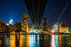 El horizonte de Manhattan visto de debajo el puente de Queensboro en R Imagenes de archivo