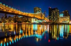 El horizonte de Manhattan y el puente de Queensboro en la noche, vista de Fotos de archivo