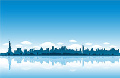 El horizonte de New York City refleja en el agua ilustración del vector