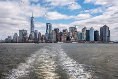 El horizonte de Nueva York de las cubiertas de Staten Island Ferry imagenes de archivo