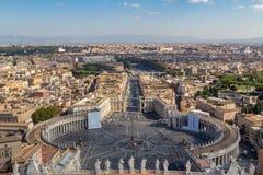 El horizonte de Roma de la basílica del ` s de San Pedro Foto de archivo libre de regalías