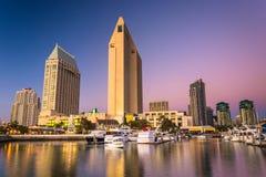 El horizonte de San Diego en el crepúsculo, visto del puerto deportivo de Embarcadero Imágenes de archivo libres de regalías