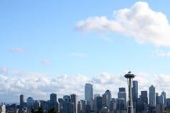 El horizonte de Seattle con las nubes Fotografía de archivo