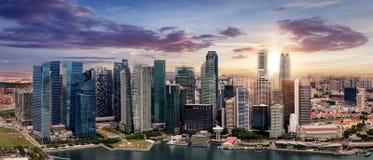 El horizonte de Singapur durante puesta del sol Foto de archivo libre de regalías